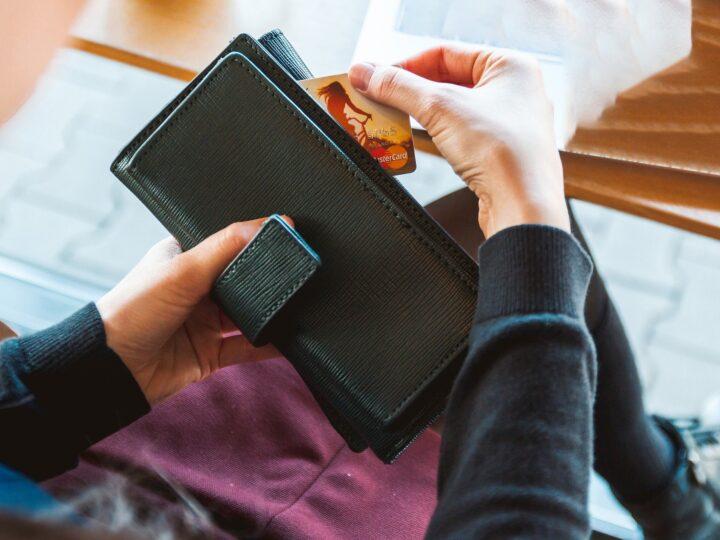 Spesa gratis con il bancomat dimenticato, denunciata