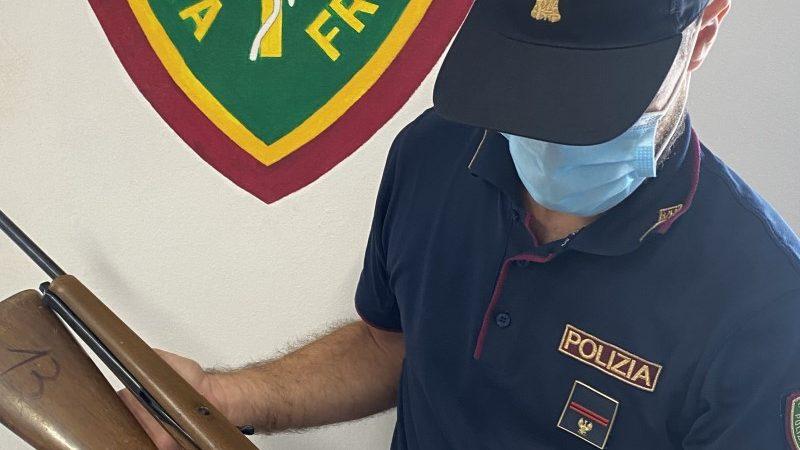 Carabina e fucili in casa: denunciato